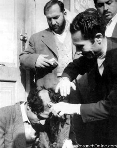 """شعبان جعفری ؛ ملقب به """"شعبون بی مخ"""" و نوچه هایش در حال تراشیدن موهای سر یکی از مخالفان حکومت به عنوان تنبیه!"""