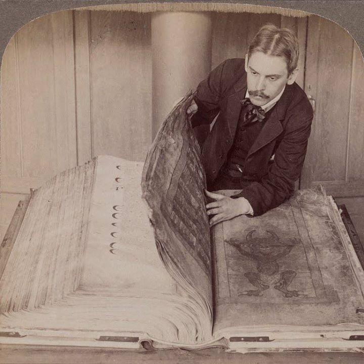 """دست نوشته های """"Gigas"""" ؛ موسوم به انجیل شیطان"""