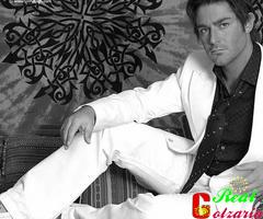 محمدرضا گلزار با کت شلوار سفید