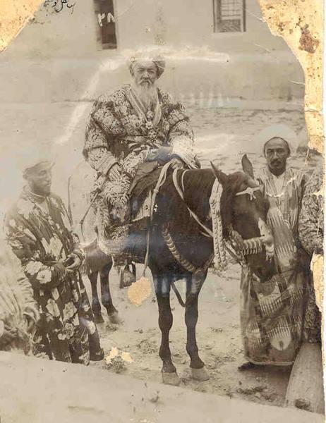 """تصویری جالب و کمیاب از """" امیر بخارا """" و ملازمانش"""