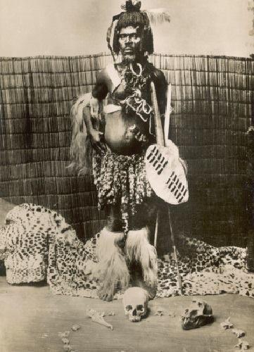 """یک جادوگر و پزشک """" اقوم زولو """" در جنوب افریقا"""