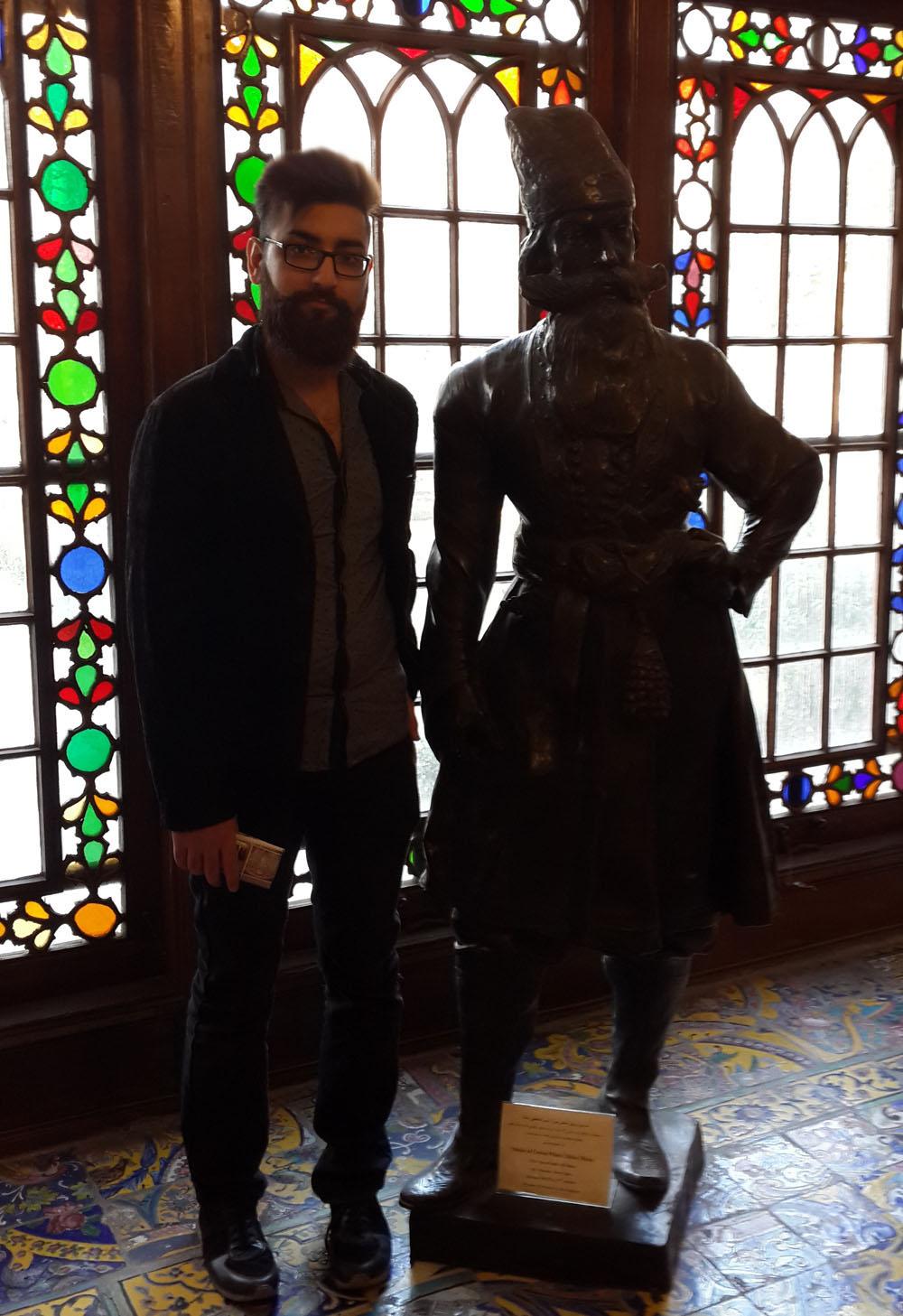 بهمن انصاری در كنار تنديس شاهزاده عباس میرزا