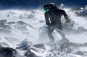 تصویر کوهنورد در باد زمستان-سرمایش باد