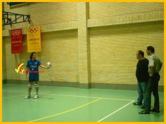 عکس محمدرضا گلزار در جوانی والیبال هنرمندان
