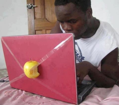 عکس طنز سیب گذاشتن روی لپ تاپ اپل