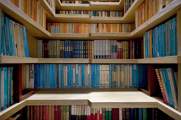 استفاده از راه پله به عنوان کتابخانه
