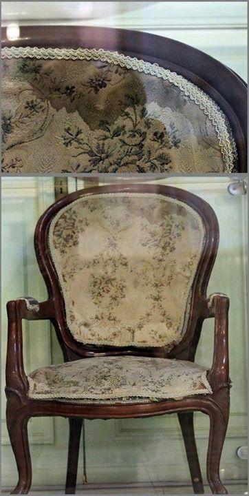 صندلي که هنوز بقایای خون خشک شده ناصرالدین شاه بر آن دیده می شود.