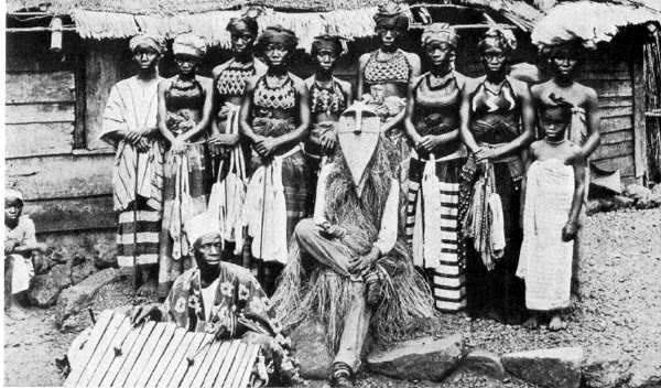 يك جادوگر در میان قبیله اش در یک قرن پیش