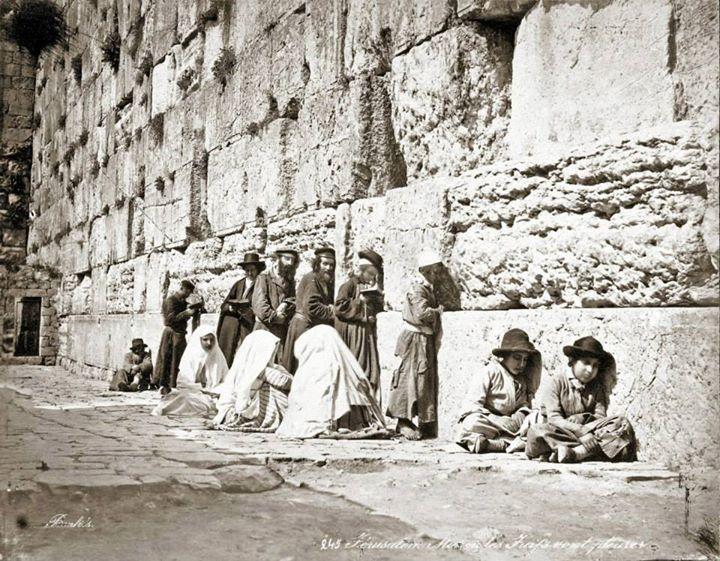 """یهودیان در حال عبادت در پای """" دیوار ندبه """""""