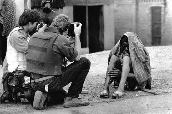 جهان اول جاییست که عکاسانش برای جایزه از گرسنگان جهان سوم عکس می گیرند ...